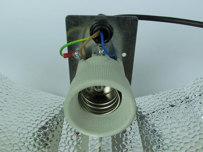 Reflektorleitung am Reflektor montieren
